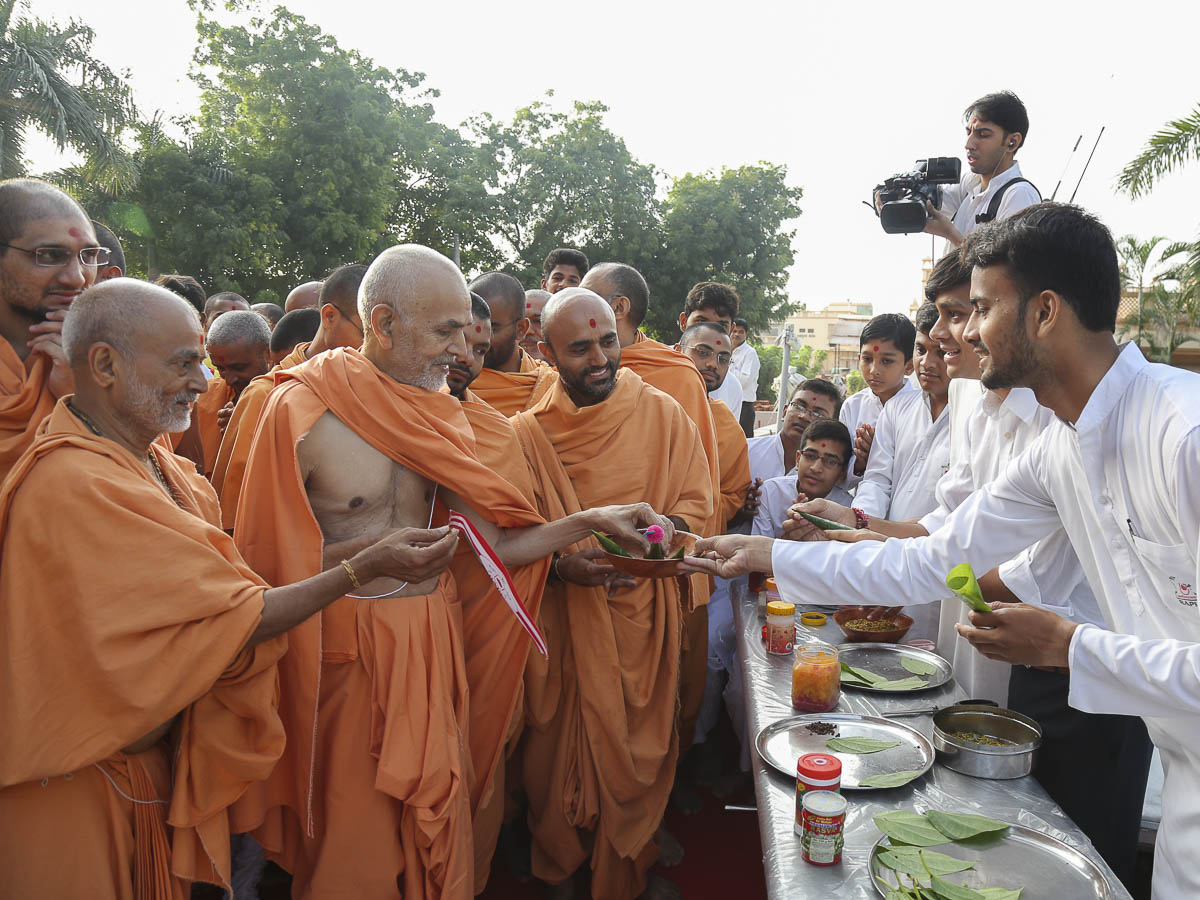 Param Pujya Mahant Swami blesses youths who make paan for Thakorji, 30 Sep 2016