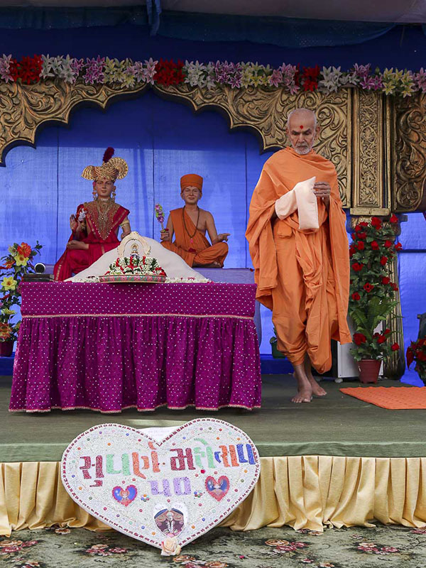 Param Pujya Mahant Swami performs his morning puja, 30 Sep 2016