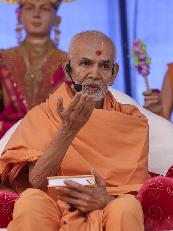 Param Pujya Mahant Swami blesses the morning satsang assembly, 30 Sep 2016
