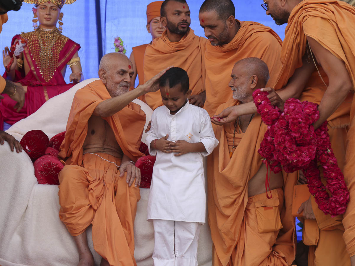 Param Pujya Mahant Swami blesses a child for delivering a speech, 30 Sep 2016