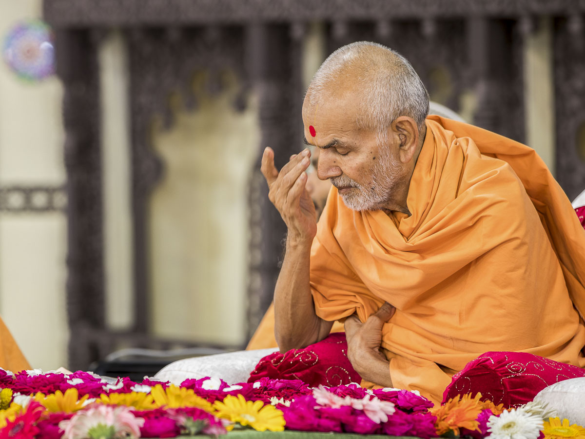 Param Pujya Mahant Swami performs his morning puja, 2 Oct 2016