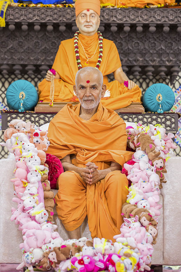 Param Pujya Mahant Swami honored with a garland, 2 Oct 2016