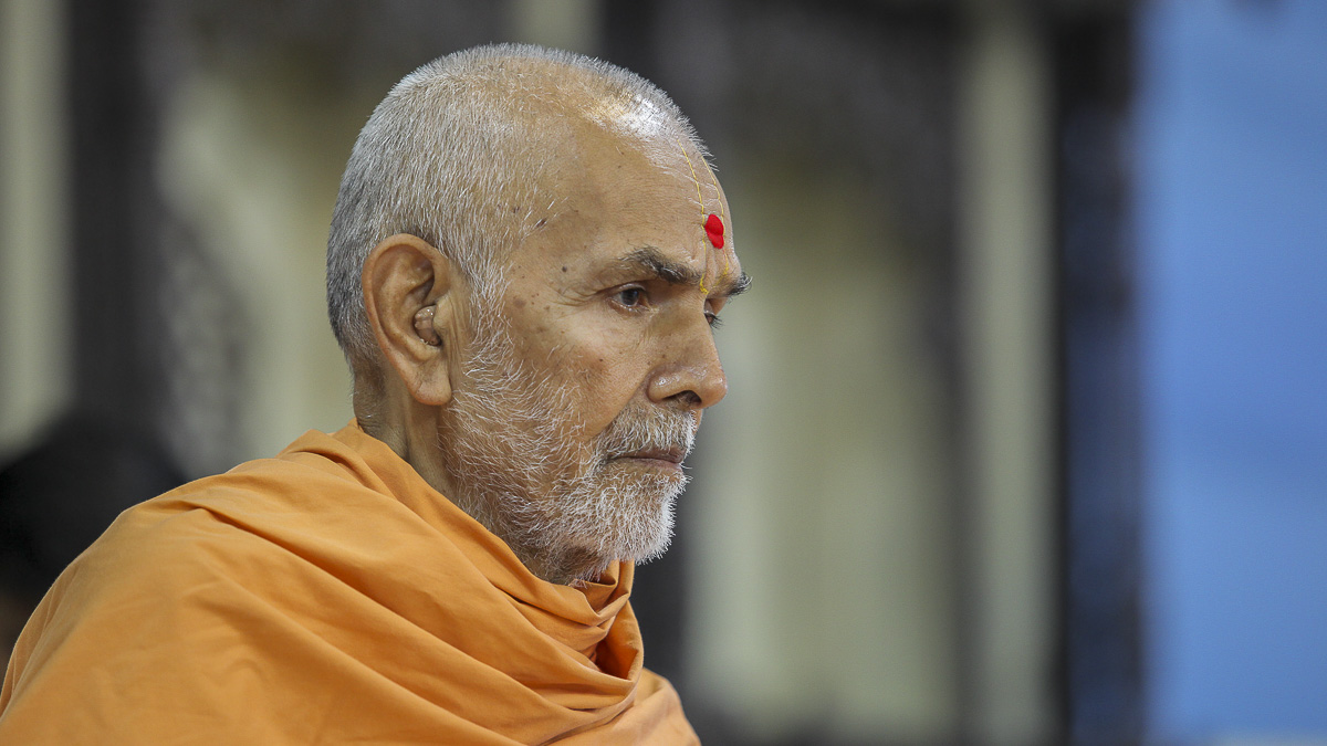 Param Pujya Mahant Swami performs his morning puja, 4 Oct 2016