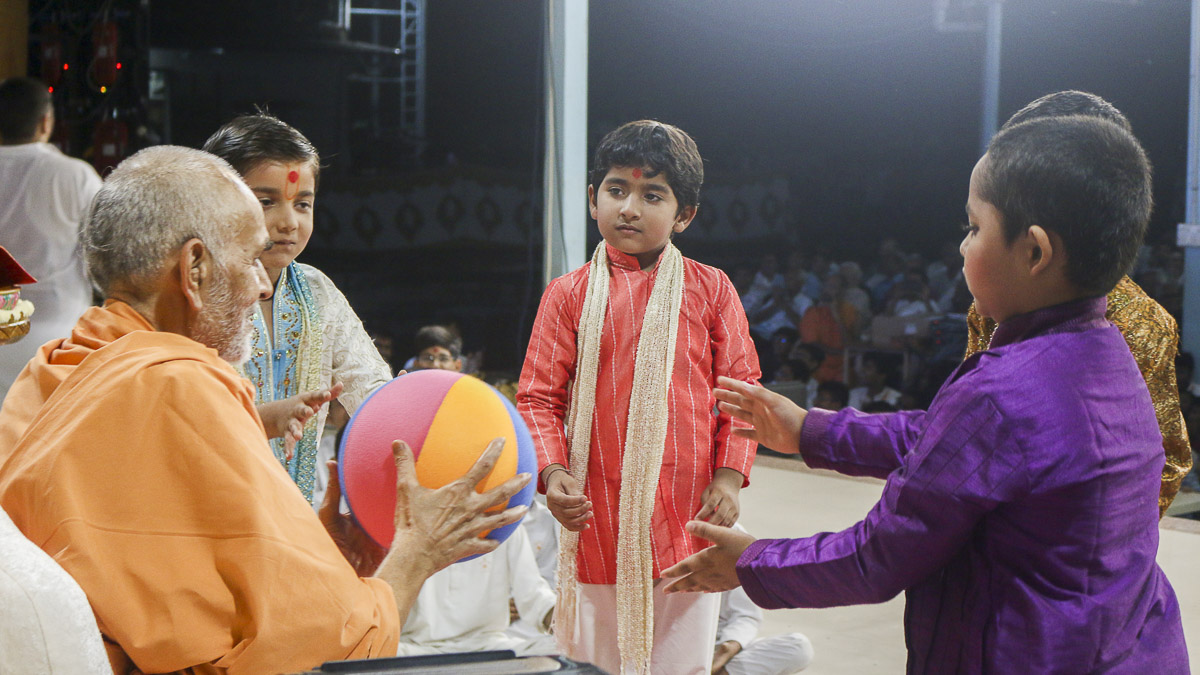 Param Pujya Mahant Swami plays with children in the evening Bal Din assembly, 4 Oct 2016