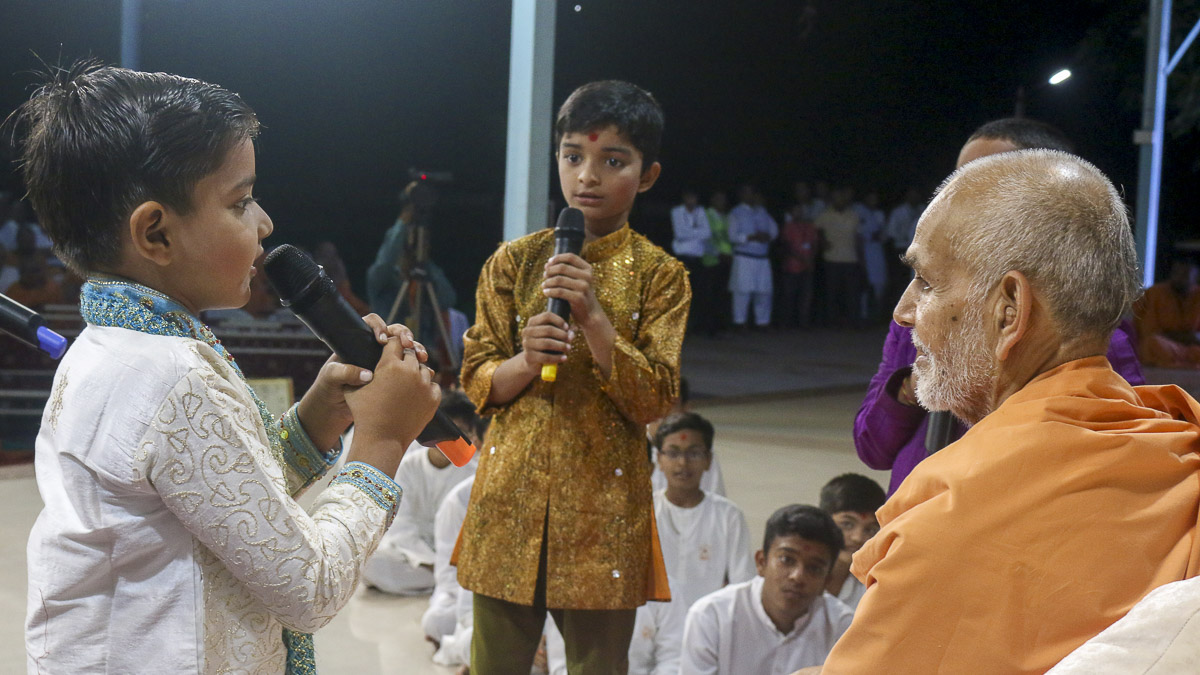 Children pray before Param Pujya Mahant Swami, 4 Oct 2016