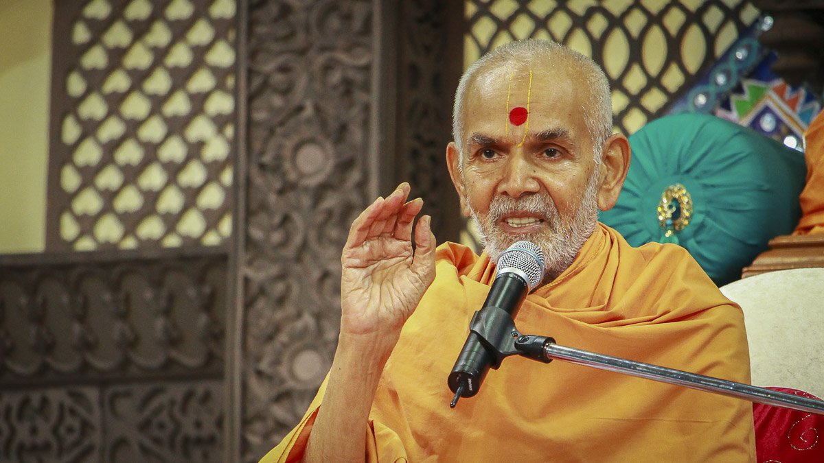 Param Pujya Mahant Swami blesses the morning satsang assembly, 5 Oct 2016