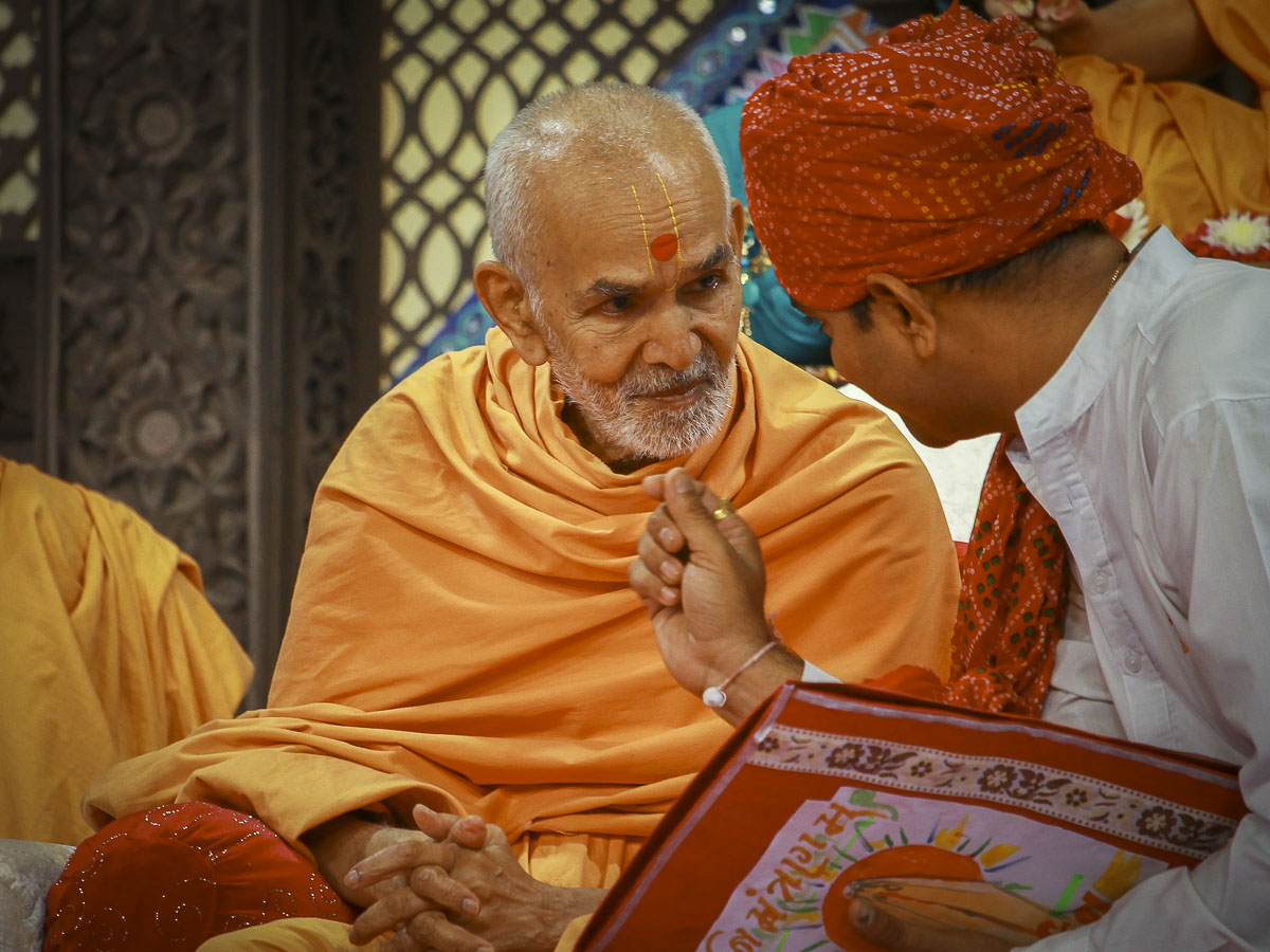 A youth interacts with Param Pujya Mahant Swami, 5 Oct 2016