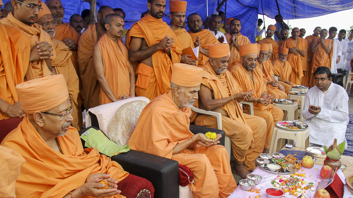 Param Pujya Mahant Swami, Pujya Tyagvallabh Swami and sadhus offer mantra-pushpanjali, 6 Oct 2016