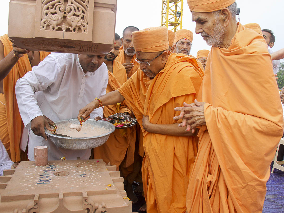 Pujya Tyagvallabh Swami fills the pillar with a special adhesive mixture, 6 Oct 2016