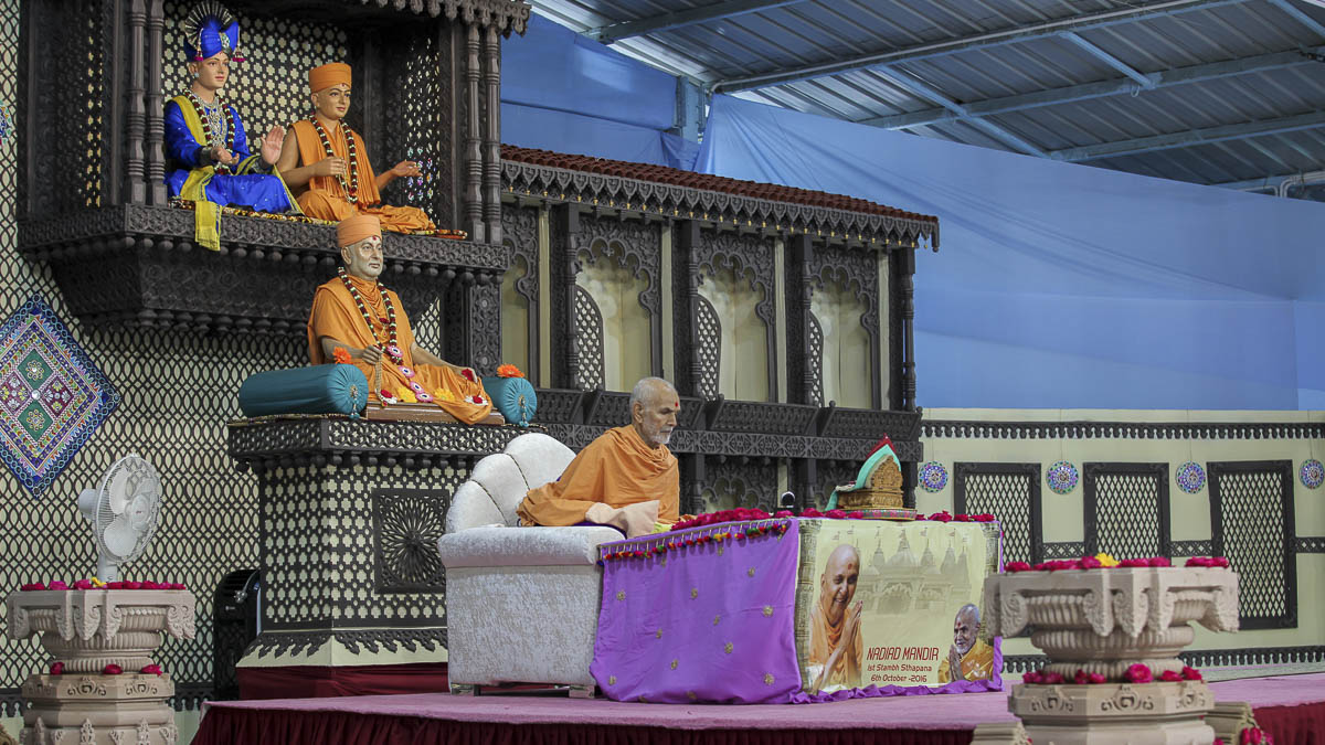Param Pujya Mahant Swami performs his morning puja, 6 Oct 2016