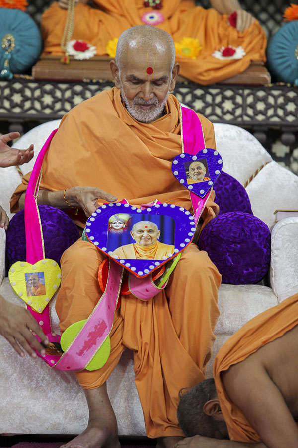 Param Pujya Mahant Swami honored with a garland, 6 Oct 2016