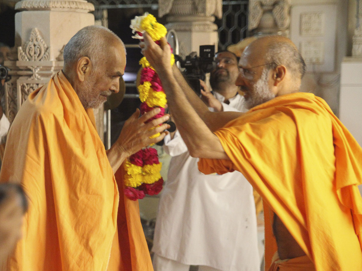 Param Pujya Mahant Swami welcomed with a garland, 6 Oct 2016