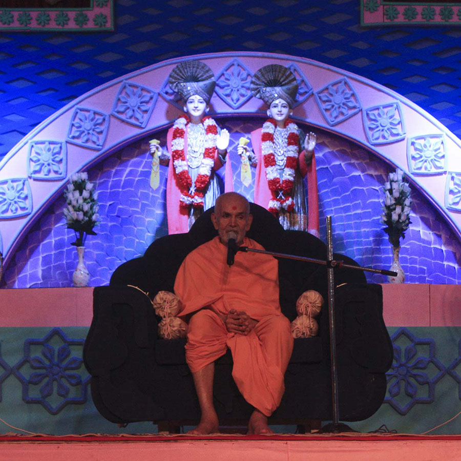 Param Pujya Mahant Swami blesses the welcome assembly, 6 Oct 2016
