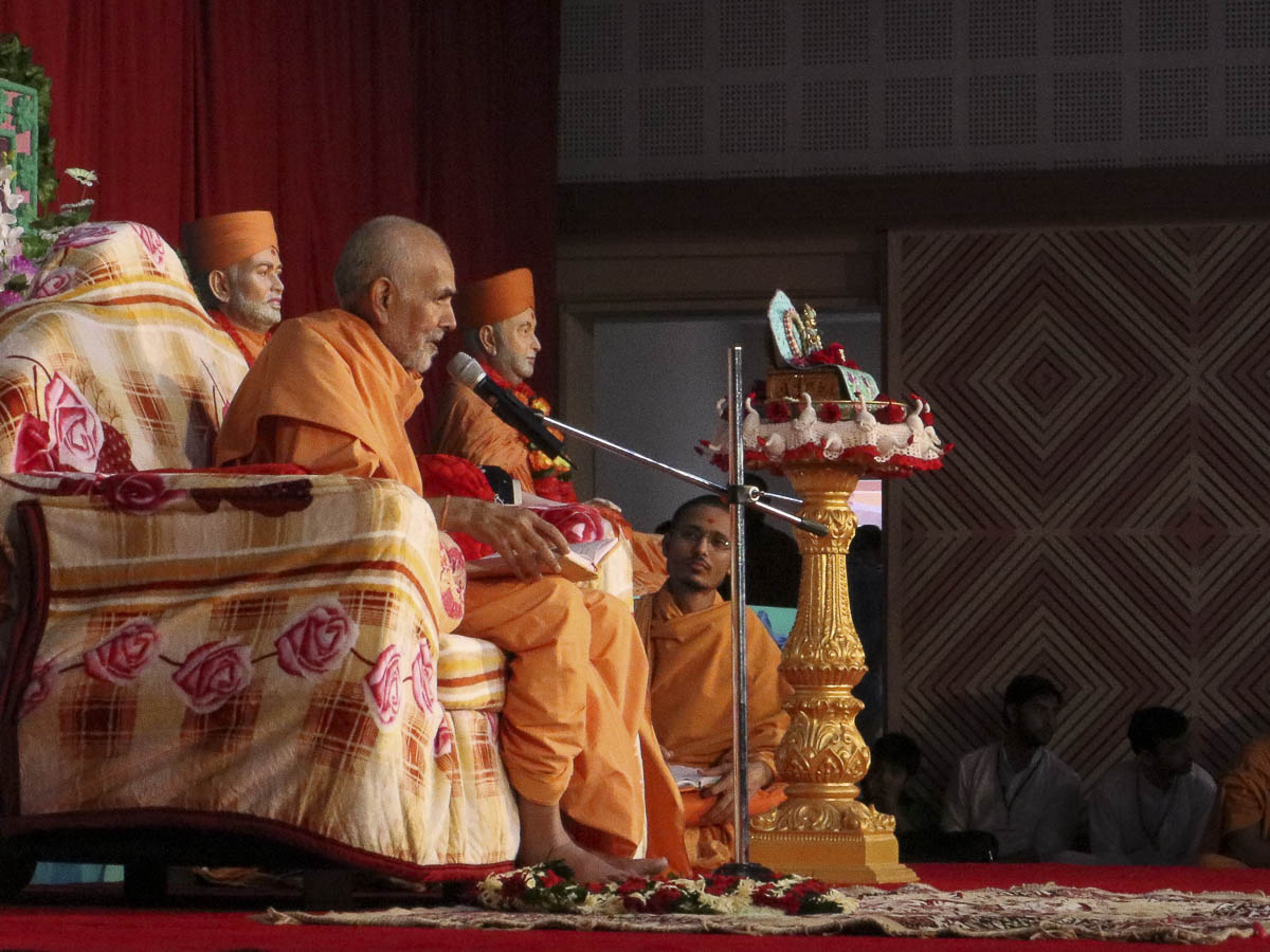 Param Pujya Mahant Swami blesses the morning satsang assembly, 8 Oct 2016