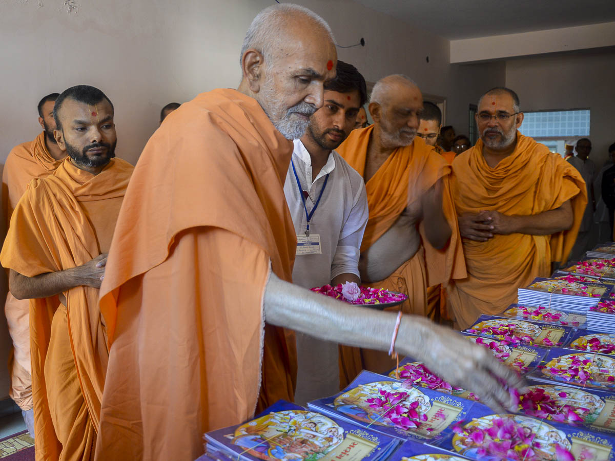 Param Pujya Mahant Swami sanctifies Satsang Vihar (Part 3) books for children, 8 Oct 2016