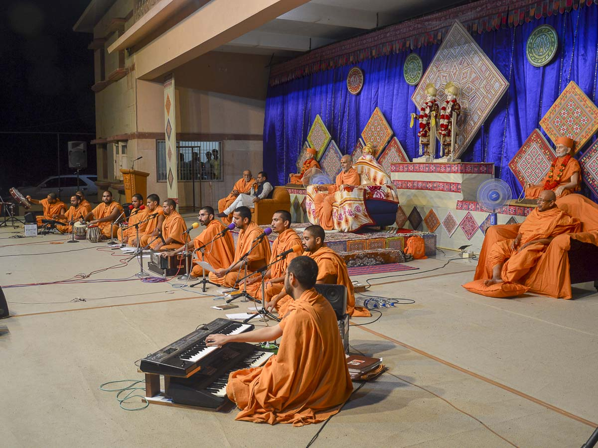 Sadhus perform kirtan aradhana in the evening satsang assembly, 8 Oct 2016