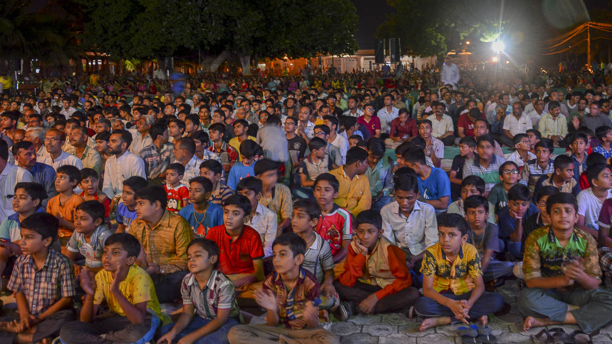 Devotees during the evening satsang assembly, 8 Oct 2016