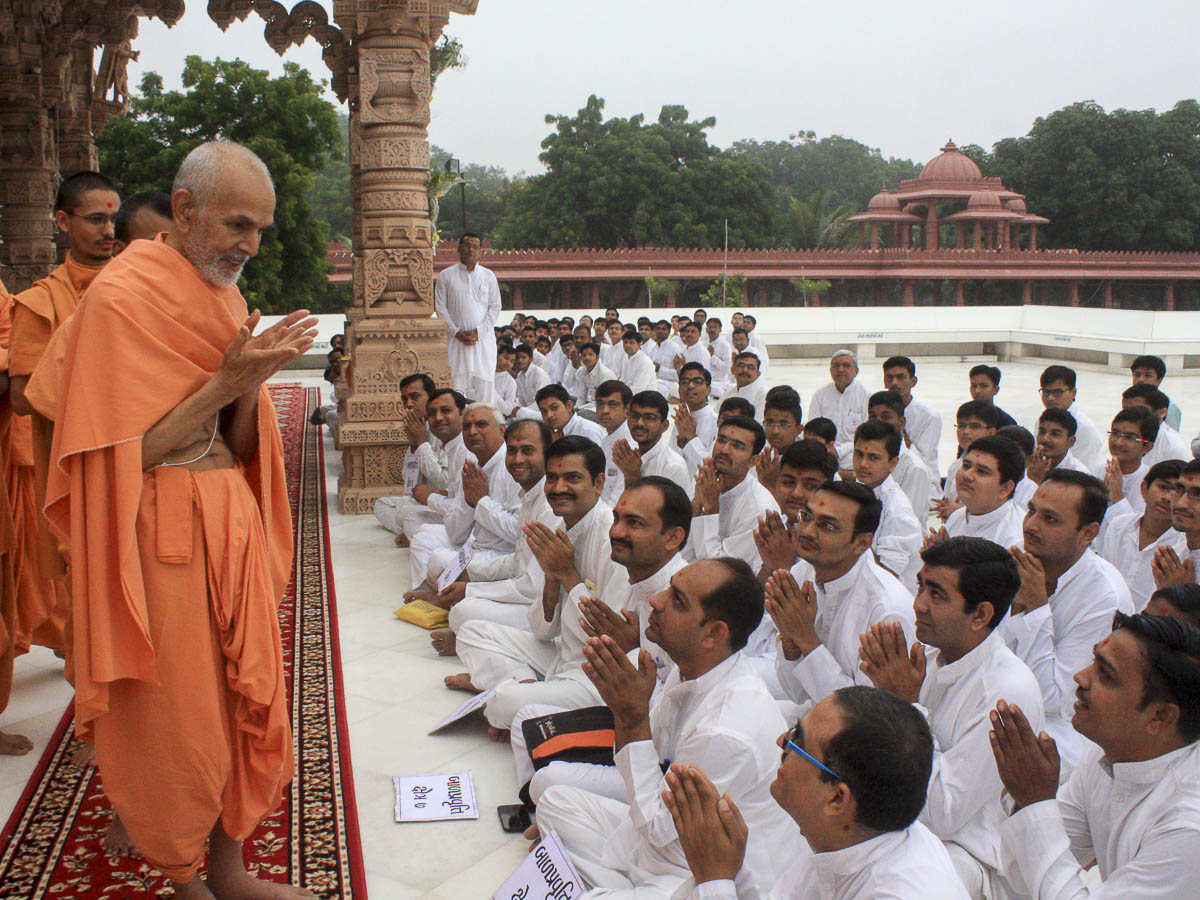 Karyakars doing darshan of Param Pujya Mahant Swami, 9 Oct 2016