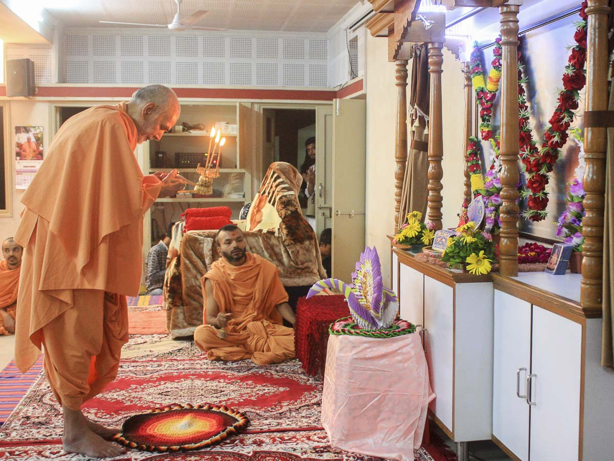 Param Pujya Mahant Swami performs arti of Thakorji at Akshar-Puruhsottam Chhatralay (APC), 9 Oct 2016