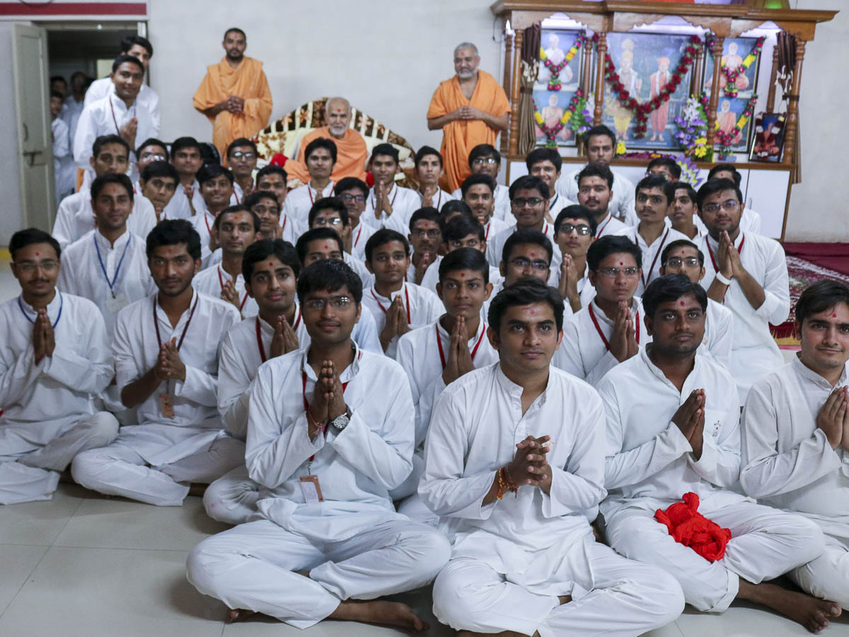 Students with Param Pujya Mahant Swami, 9 Oct 2016