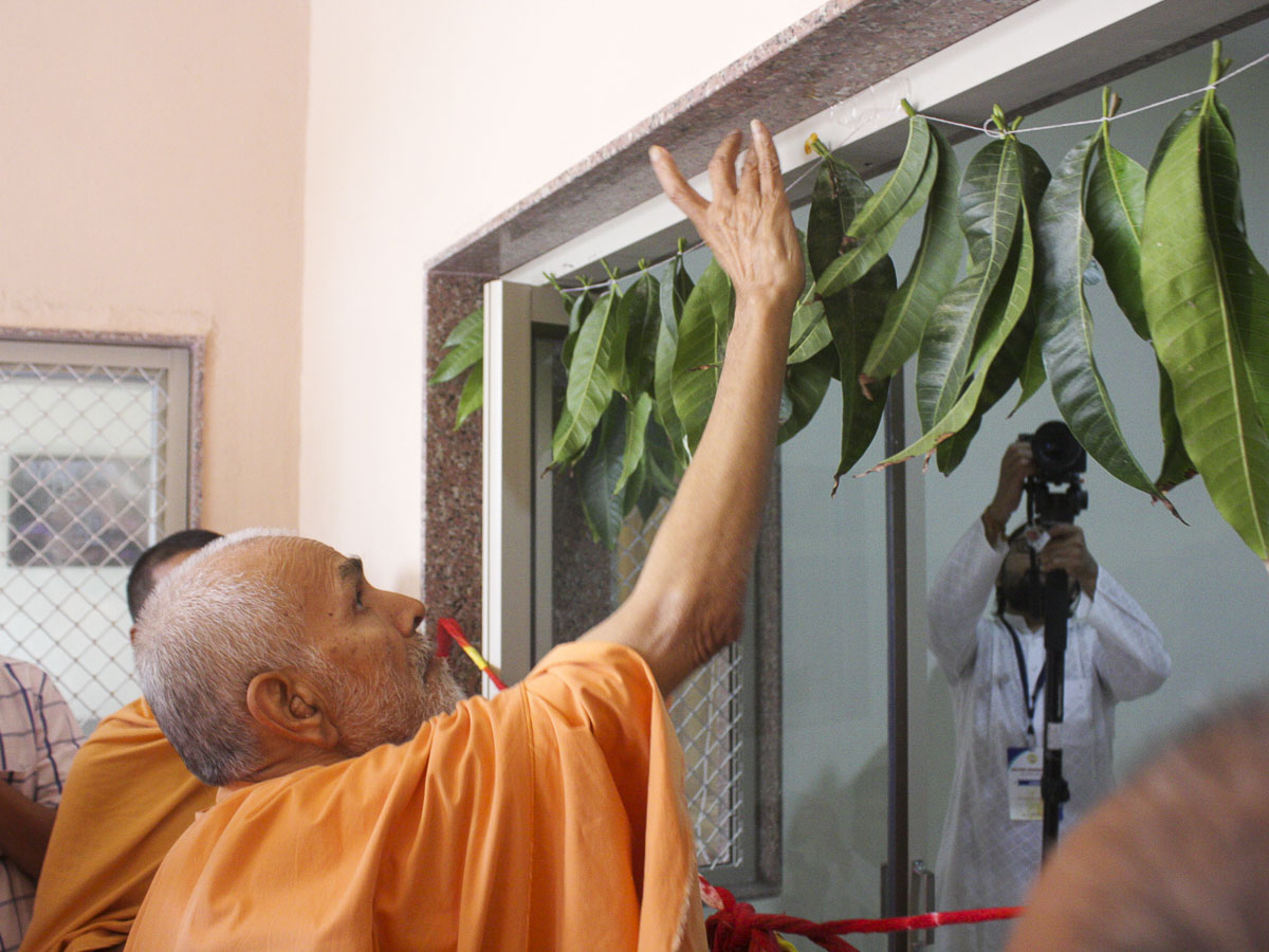 Param Pujya Mahant Swami performs pujan of new offices, 11 Oct 2016