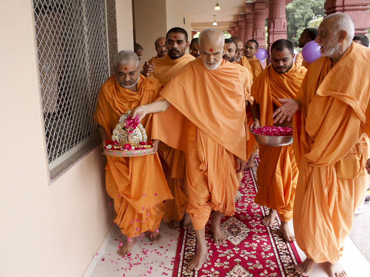 Param Pujya Mahant Swami sanctifies new offices, 11 Oct 2016