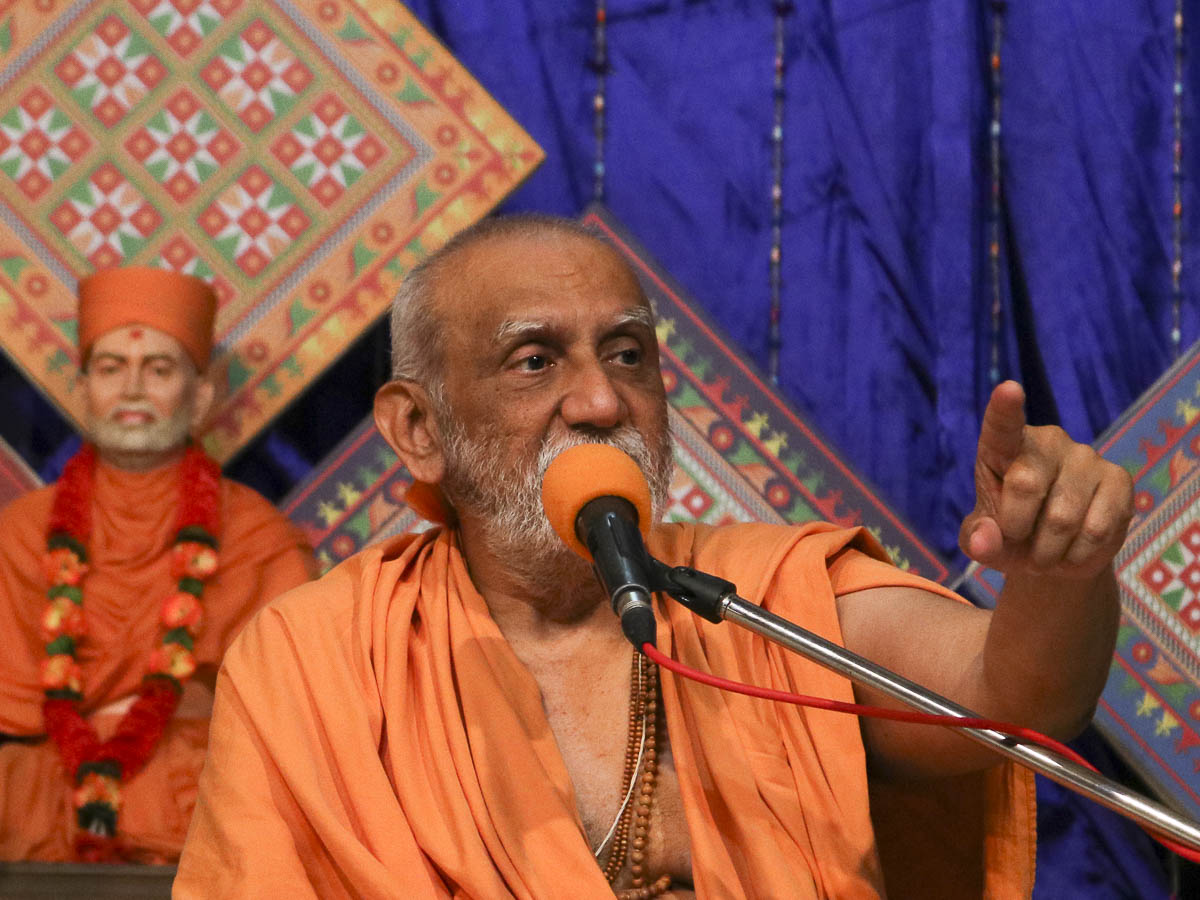 Atmaswarup Swami addresses the evening satsang assembly, 11 Oct 2016