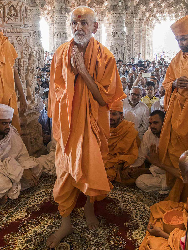 Param Pujya Mahant Swami engrossed in darshan of Thakorji