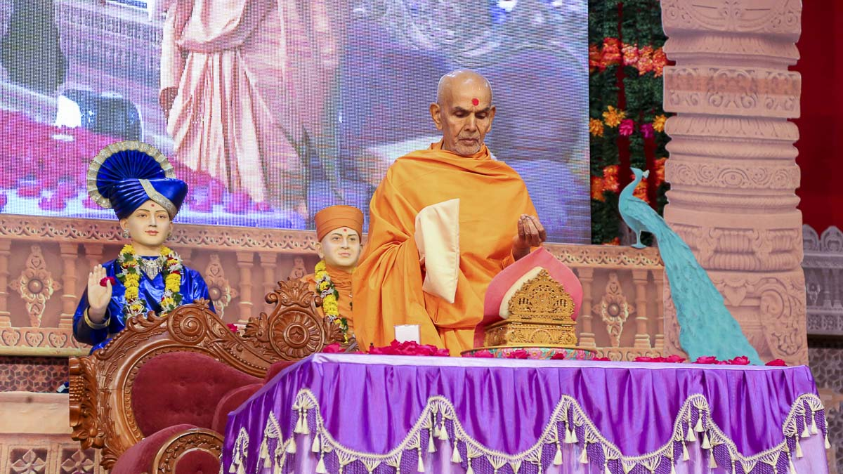 Param Pujya Mahant Swami performs his morning puja, 19 Oct 2016