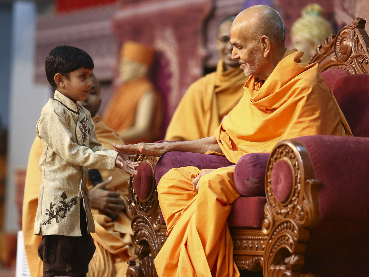 Param Pujya Mahant Swami blesses a child, 19 Oct 2016