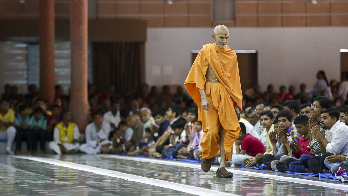 Param Pujya Mahant Swami during his evening walk, 20 Oct 2016