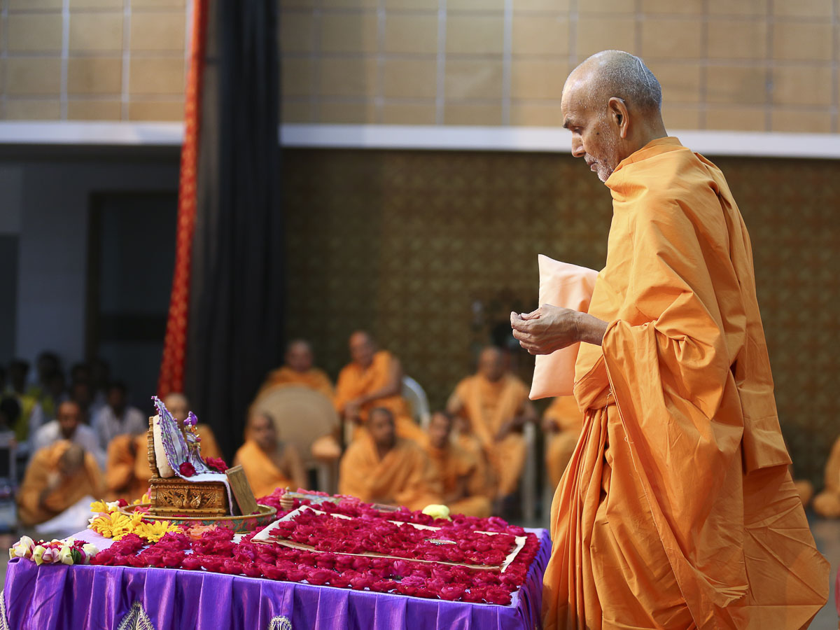 Param Pujya Mahant Swami performs his morning puja, 22 Oct 2016