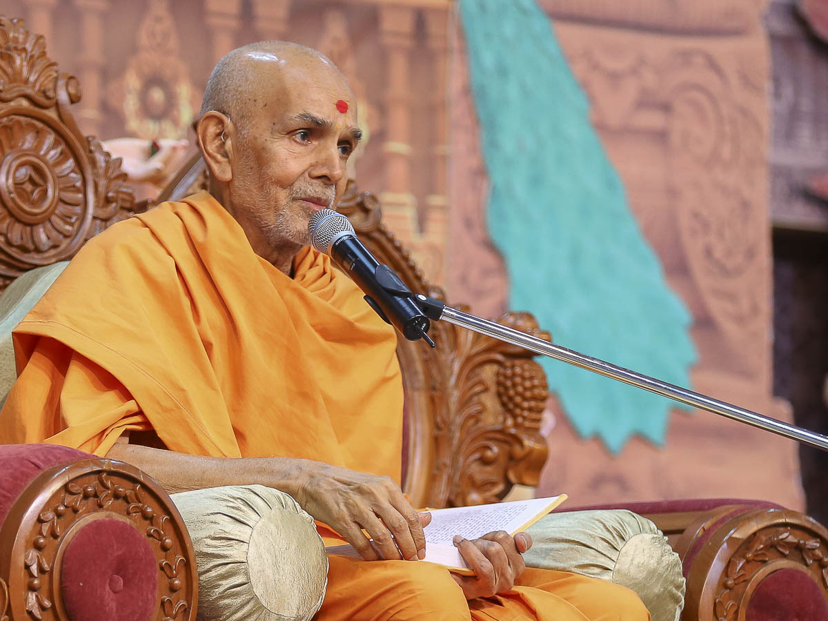 Param Pujya Mahant Swami blesses the morning satsang assembly, 22 Oct 2016