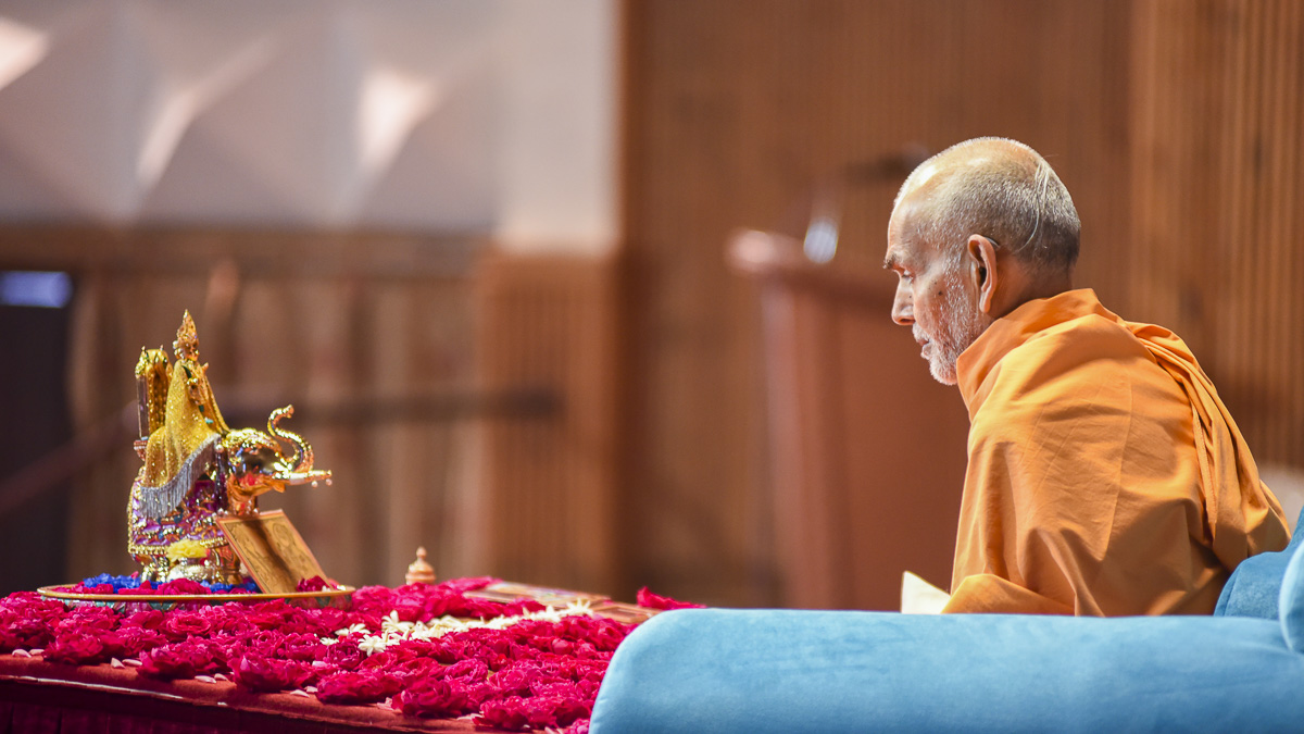 Param Pujya Mahant Swami performs his morning puja, 28 Oct 2016