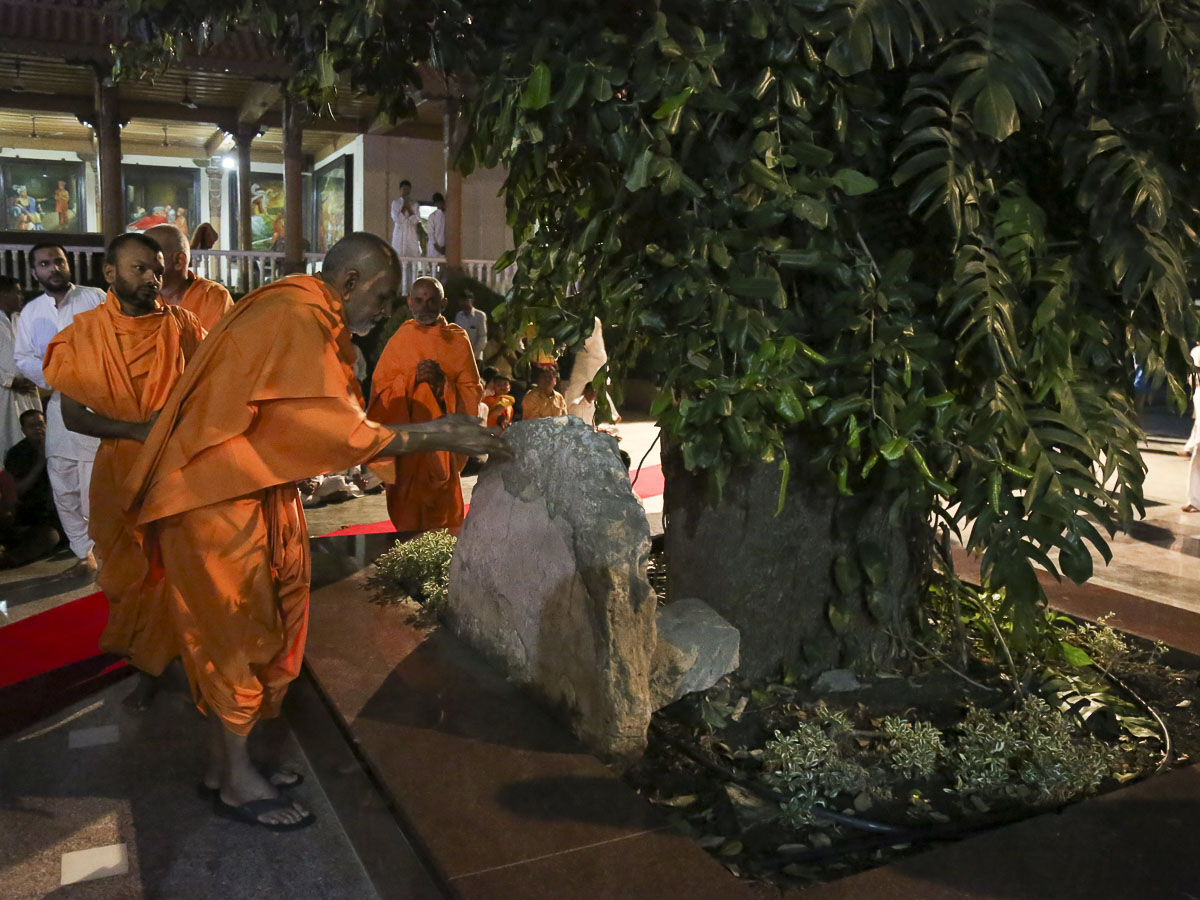 Param Pujya Mahant Swami performs pujan of a sacred stone used and sanctified by Aksharbrahman Gunatitanand Swami, 4 Nov 2016