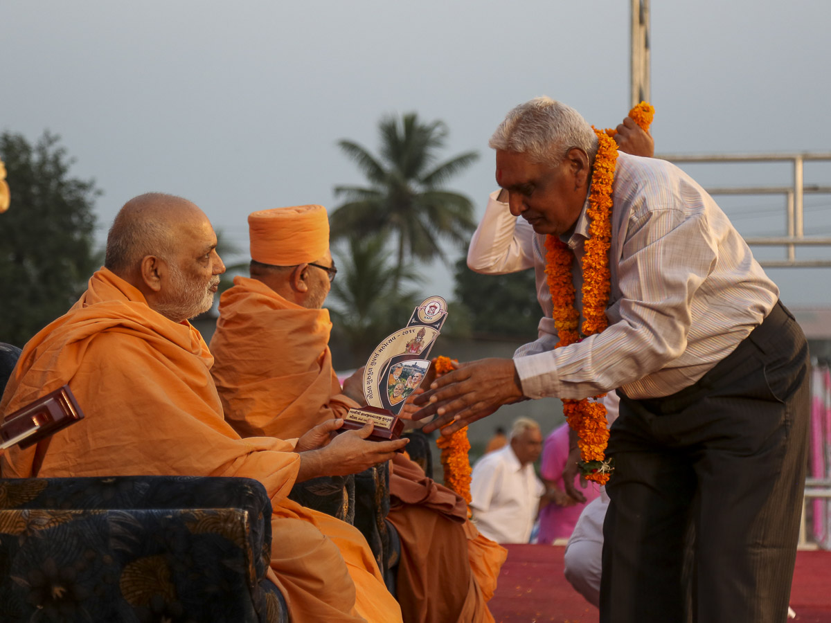 Yagnapriya Swami presents mementos to the staff of Swami Gnanjivandasji Gurukul, 5 Nov 2016