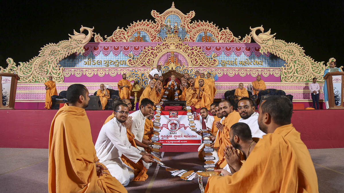 Sadhus and sadhaks honor Param Pujya Mahant Swami with a garland, 5 Nov 2016