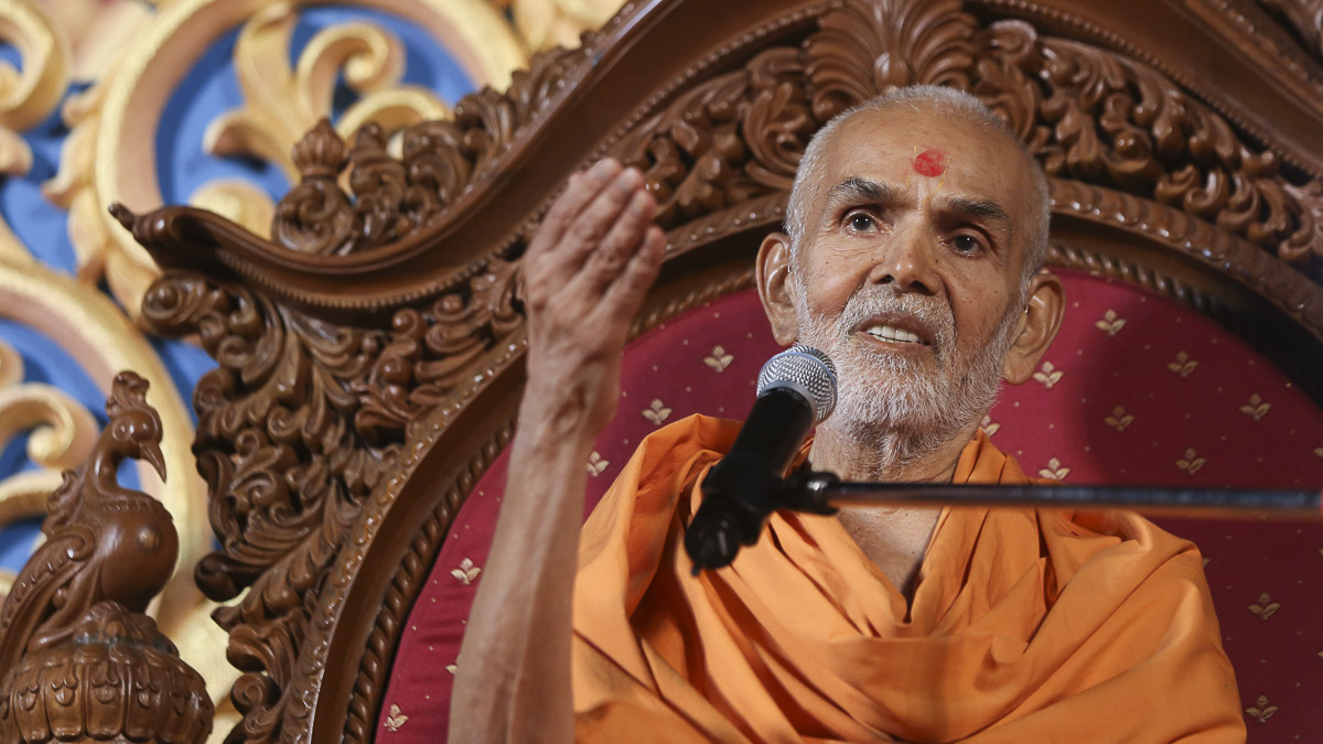 Param Pujya Mahant Swami blesses the assembly, 5 Nov 2016
