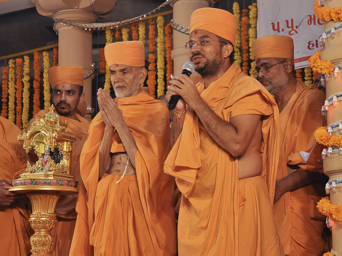 Param Pujya Mahant Swami arrives at Rajkot Mandir, 5 Nov 2016