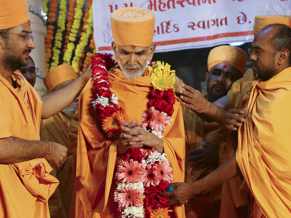 Param Pujya Mahant Swami welcomed with a garland, 5 Nov 2016