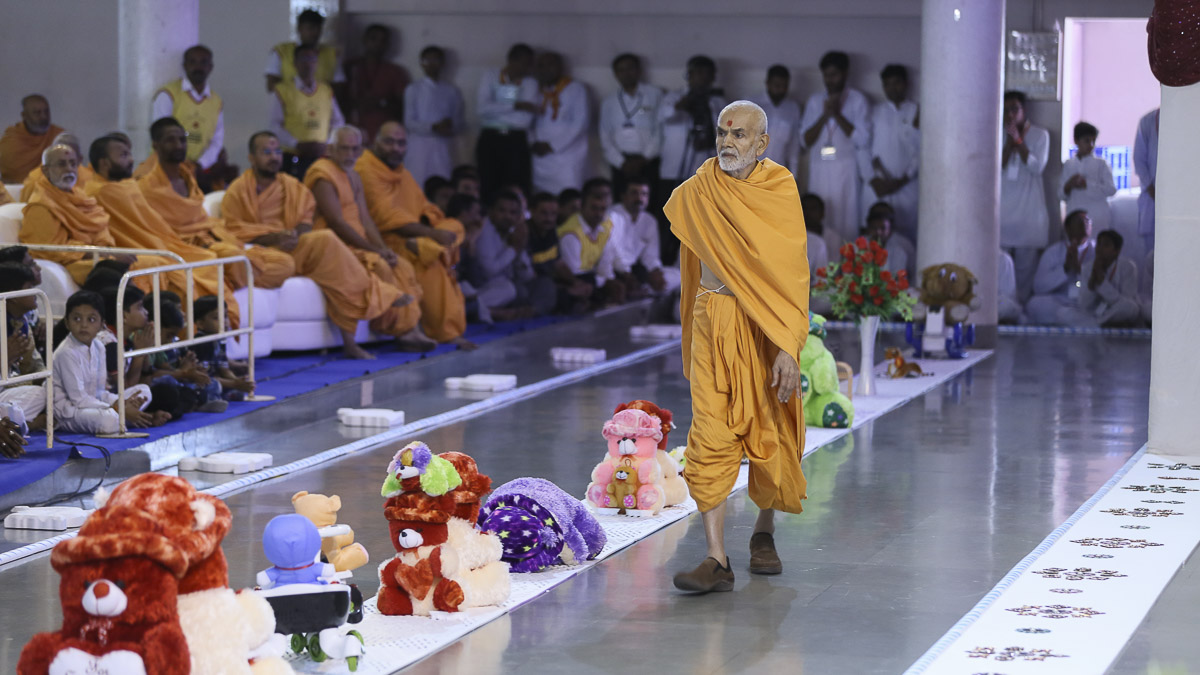 Param Pujya Mahant Swami during his evening walk, 6 Nov 2016