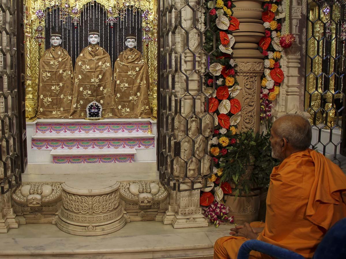 Param Pujya Mahant Swami engrossed in darshan of Thakorji, 7 Nov 2016