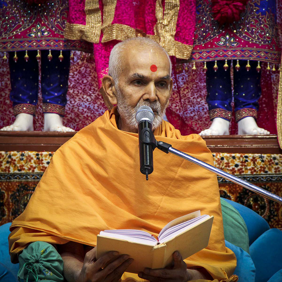 Param Pujya Mahant Swami blesses the morning satsang assembly, 7 Nov 2016