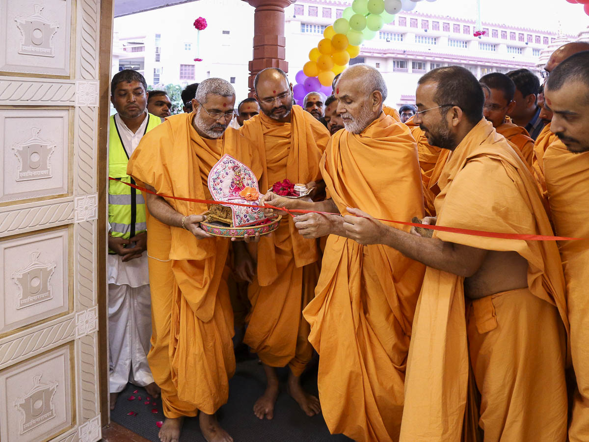 Param Pujya Mahant Swami inaugurates the new office complex 'Aksharbrahma Sankul', 7 Nov 2016