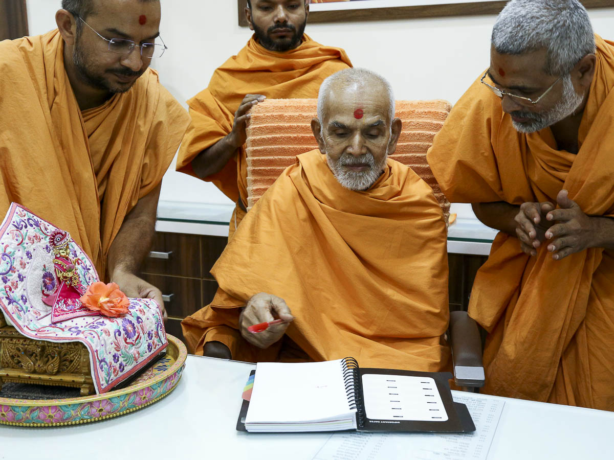 Param Pujya Mahant Swami sanctifies the offices, 7 Nov 2016