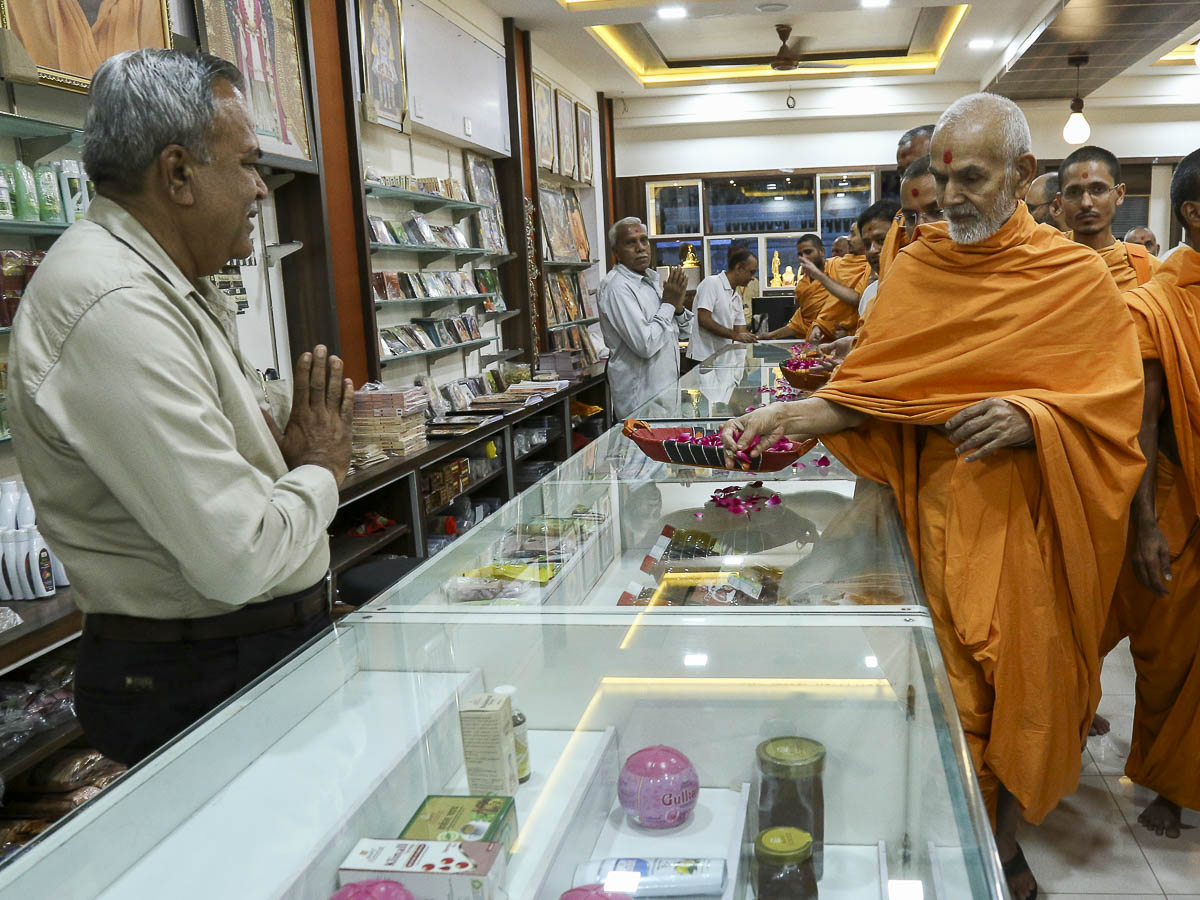 Param Pujya Mahant Swami sanctifies the bookstall, 7 Nov 2016