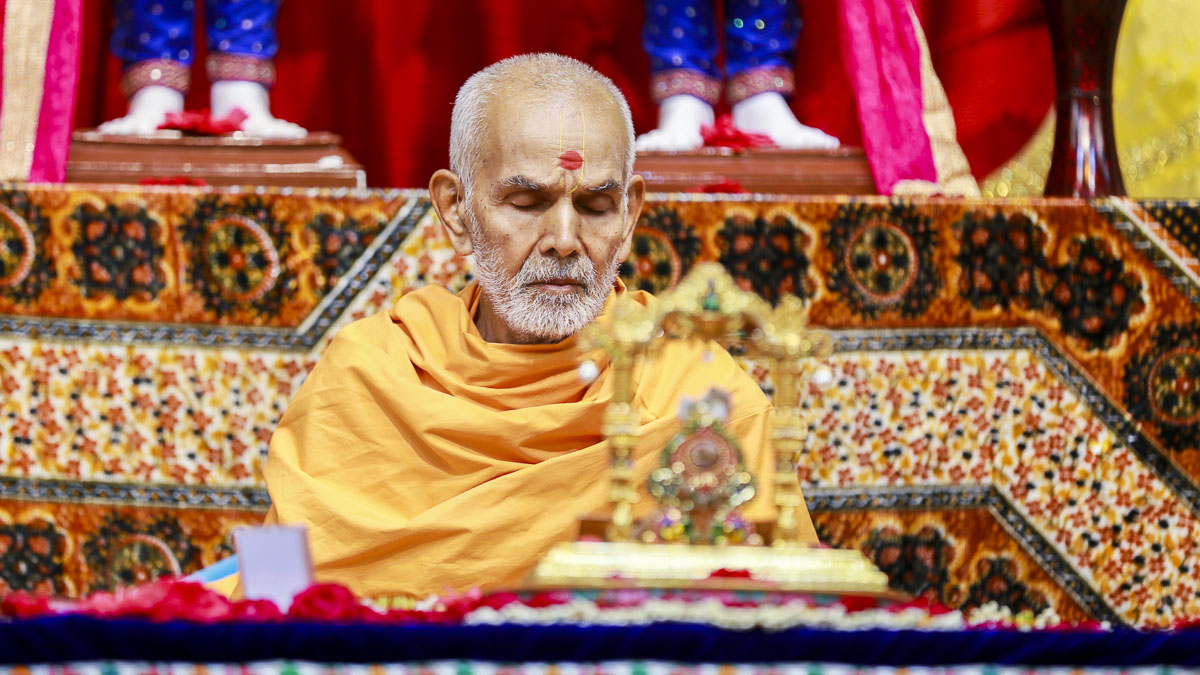 Param Pujya Mahant Swami performs his morning puja, 8 Nov 2016