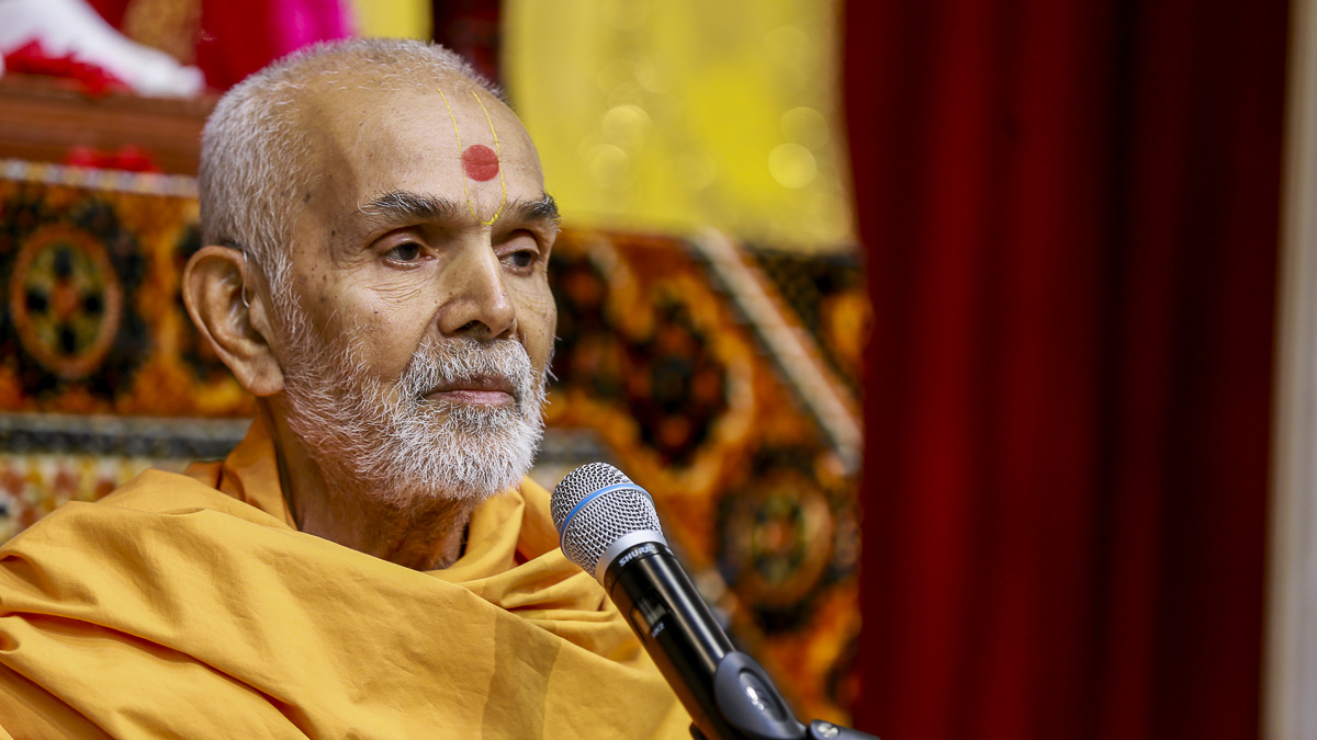 Param Pujya Mahant Swami blesses the morning satsang assembly, 8 Nov 2016