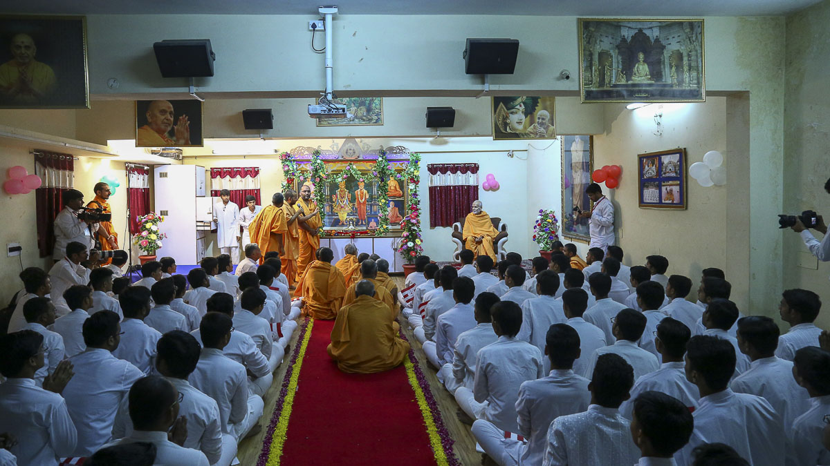 Param Pujya Mahant Swami blesses students of the chhatralaya, 8 Nov 2016
