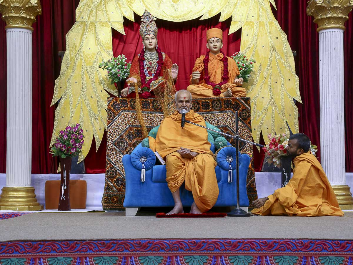 Param Pujya Mahant Swami blesses the assembly, 8 Nov 2016